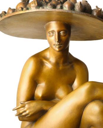 scultura in bronzo donna con cappello di frutta di sergio benvenuti in vendita presso la galleria bazzanti di firenze